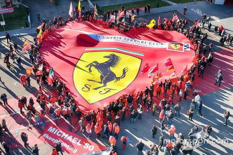 Bandera de Ferrari en la exposición 'Michael 50' en el Museo Ferrari en Maranello