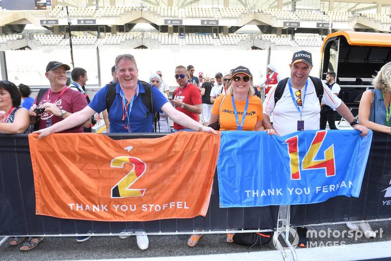 Tifosi di Fernando Alonso, McLaren e Stoffel Vandoorne, McLaren, con degli striscioni