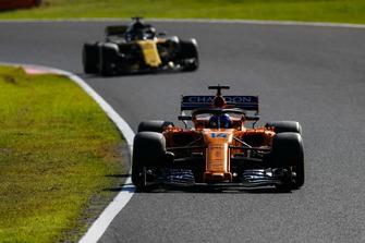 Fernando Alonso, McLaren MCL33, devant Nico Hulkenberg, Renault Sport F1 Team R.S. 18