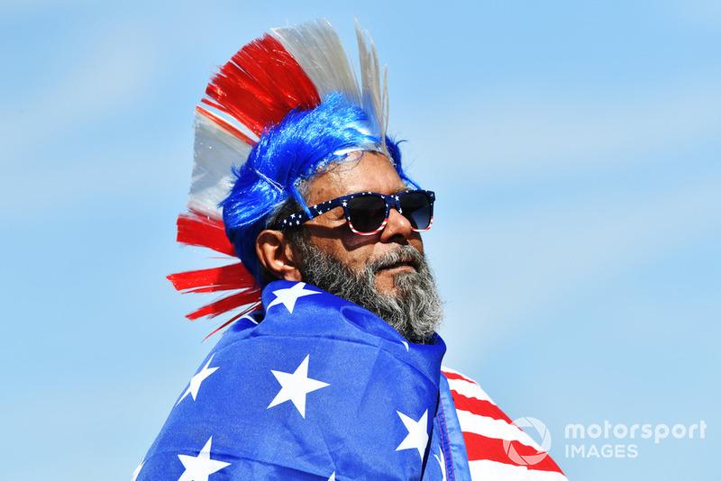 Болельщик с флагом США