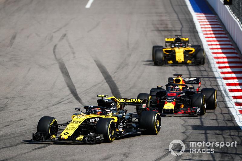 Carlos Sainz, sin ritmo por un toque con Ericsson, intentaba mantener detrás a sus rivales para ayudar a Hulkenberg, pero poco pudo hacer