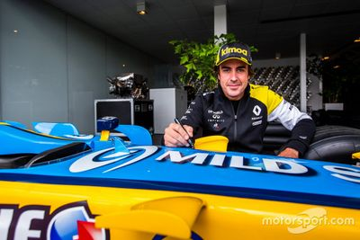 Fernando Alonso visita la fábrica de Renault
