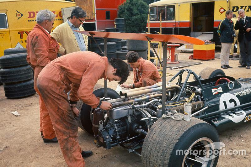Les mécanos de l'écurie BRM travaillent sur la P133 de Jackie Oliver sous l'oeil de Tony Rudd