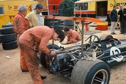 BRM-Mechaniker arbeiten an Jackie Olivers P133; Tony Rudd