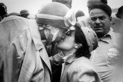 Juan Manuel Fangio, Lancia-Ferrari D50, primero, besando a su esposa
