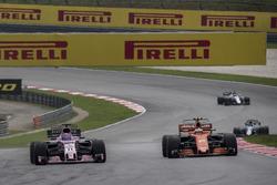 Sergio Perez, Sahara Force India VJM10 and Stoffel Vandoorne, McLaren MCL32 battle