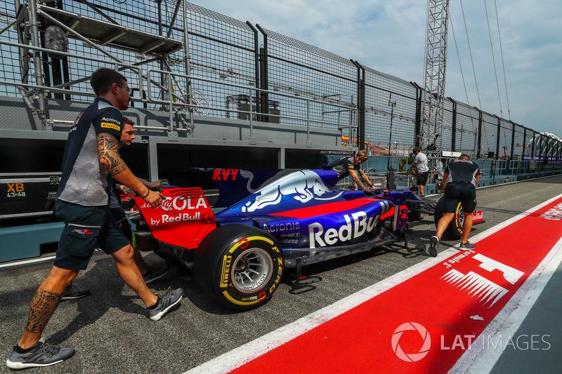 Scuderia Toro Rosso, Mecchaniker, Scuderia Toro Rosso STR12, in der Boxengasse