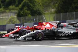 Romain Grosjean, Haas F1 Team VF-17, bataille avec, Kimi Raikkonen, Ferrari SF70H