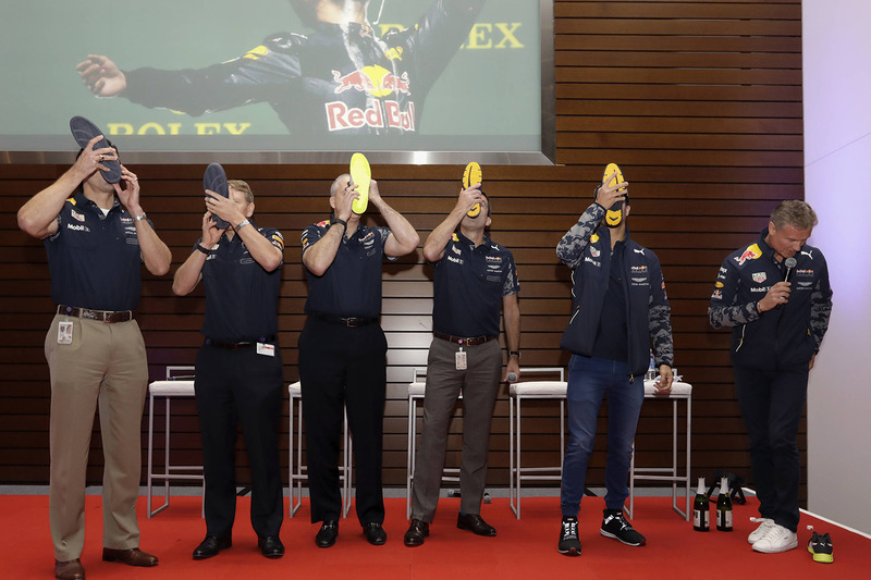 Daniel Ricciardo, Red Bull Racing en VIPs drinken champagne uit de schoenen