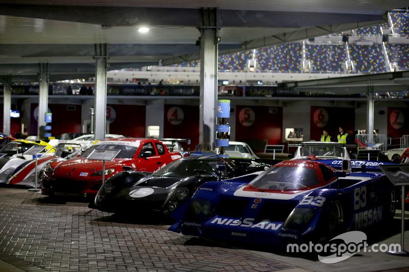 Retro racewagens in de paddock