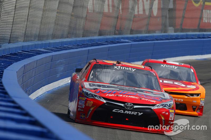 Erik Jones, Joe Gibbs Racing, Toyota; Kyle Larson, Chip Ganassi Racing, Chevrolet