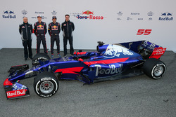 Руководитель Scuderia Toro Rosso Франц Тост, гонщики Карлос Сайнс-мл. и Даниил Квят, технический директор Scuderia Toro Rosso Джеймс Ки возле автомобиля STR12