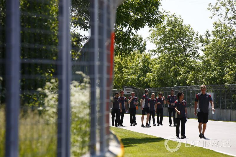 Kevin Magnussen, Haas F1 Team, bei der Streckenbegehung