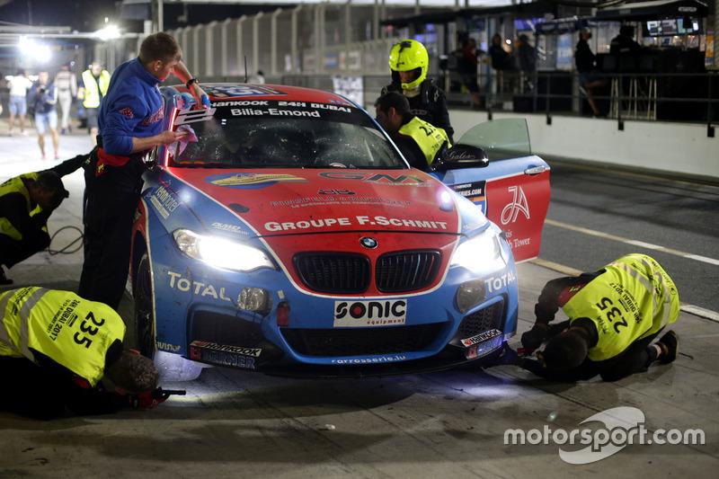 Pit stop #235 DUWO Racing BMW M235i Racing Cup: Jean-Marie Dumont, Frederic Schmit, Nicolas Schmit, Thierry Chkondali, Bruno Derossi