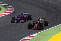 Карлос Сайнс-мл., Scuderia Toro Rosso STR12, и Кевин Магнуссен, Haas F1 VF-17