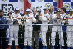 Podium: Mark Blundell, Derek Warwick, Yannick Dalmas, Peugeot 905 Evo 1