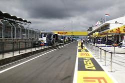 Una vista hacia el pit lane, incluyendo prominentes marcas de Pirelli