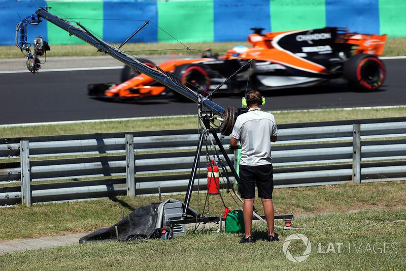 Kameramann und Fernando Alonso, McLaren MCL32