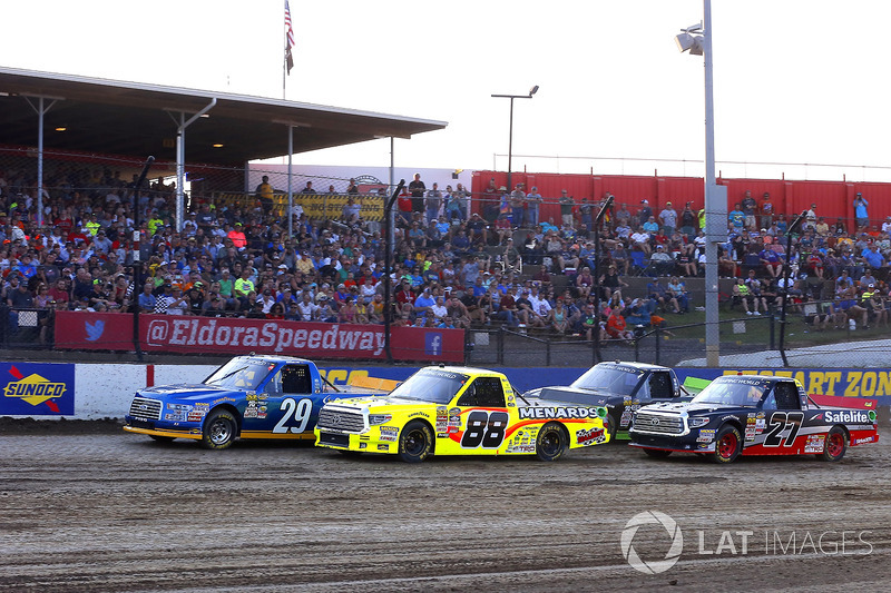 Chase Briscoe, Brad Keselowski Racing Ford y Matt Crafton, ThorSport Racing Toyota bandera verde