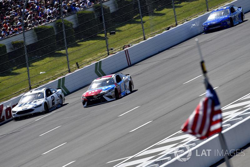 Brad Keselowski, Team Penske Ford, Kyle Busch, Joe Gibbs Racing Toyota,