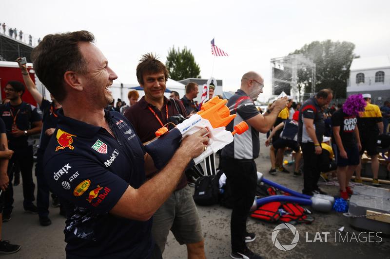 Керівник Red Bull Racing Крістіан Хорнер підганяє команду