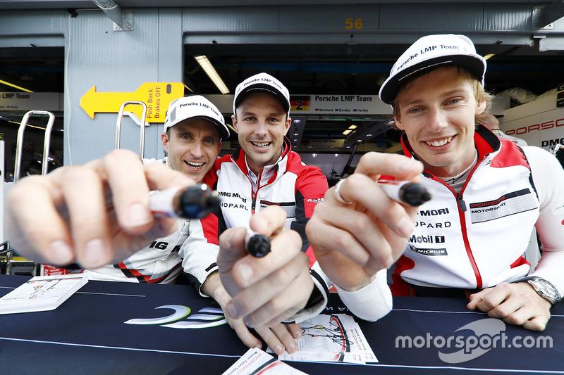 Гонщики Porsche Team Тимо Бернхард, Эрл Бамбер, Брендон Хартли