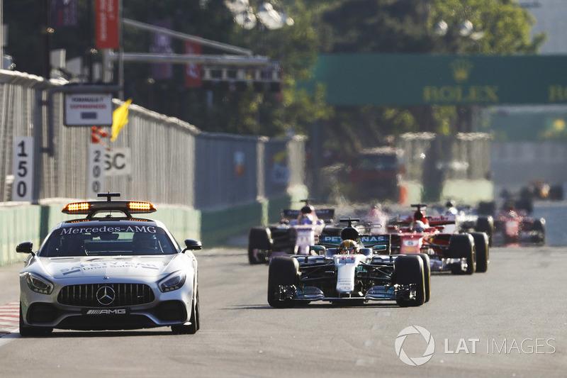 Lewis Hamilton, Mercedes AMG F1 W08 derrière la voiture de sécurité