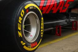 Haas VF-17 Pirelli neumáticos y ruedas