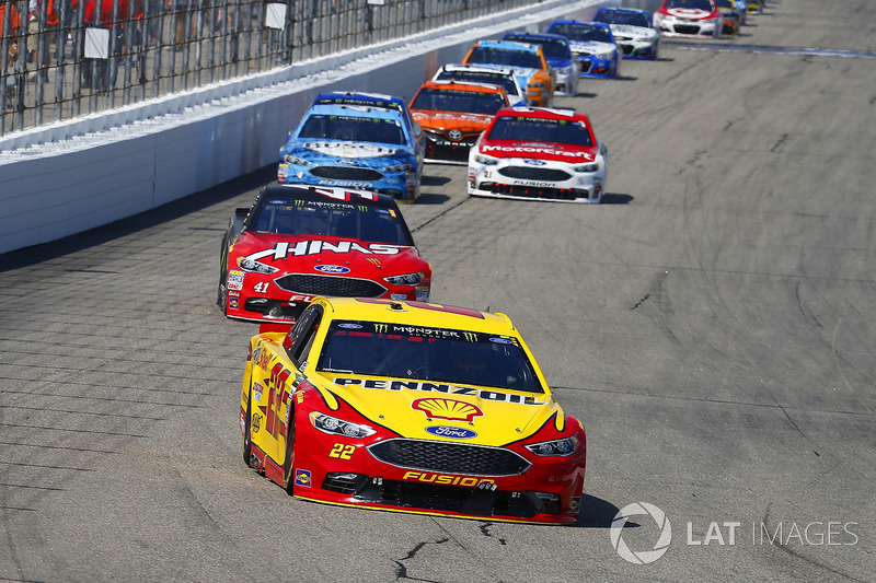 Joey Logano, Team Penske Ford, Kurt Busch, Stewart-Haas Racing Ford