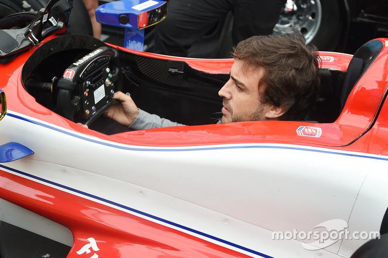 Fernando Alonso mencoba duduk di kokpit mobil Marco Andretti