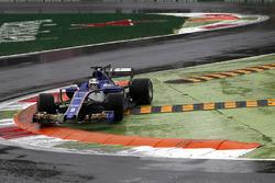Marcus Ericsson, Sauber C36 runs wide