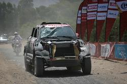 После аварии: Нани Рома и Алеш Харо, X-Raid Team, MINI John Cooper Works Rally (№302)