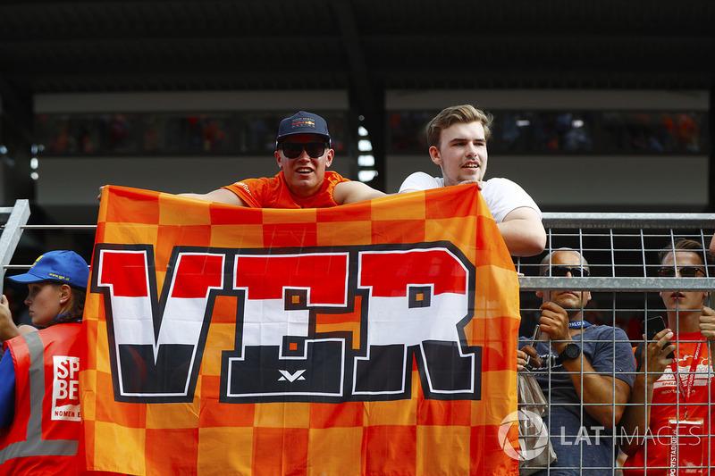 Tifosi olandesi di Max Verstappen, Red Bull Racing, con una bandiera