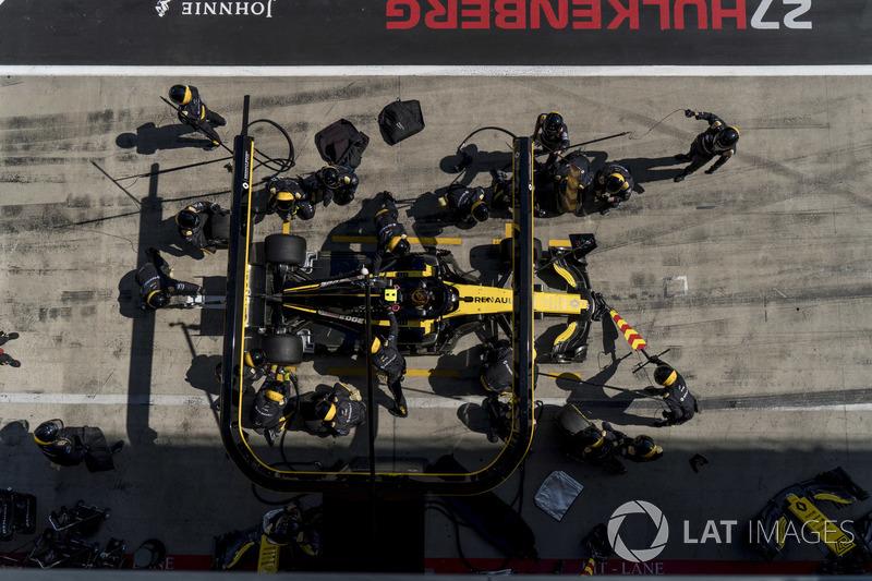 Carlos Sainz Jr., Renault Sport F1 Team R.S. 18, effettua un pit stop