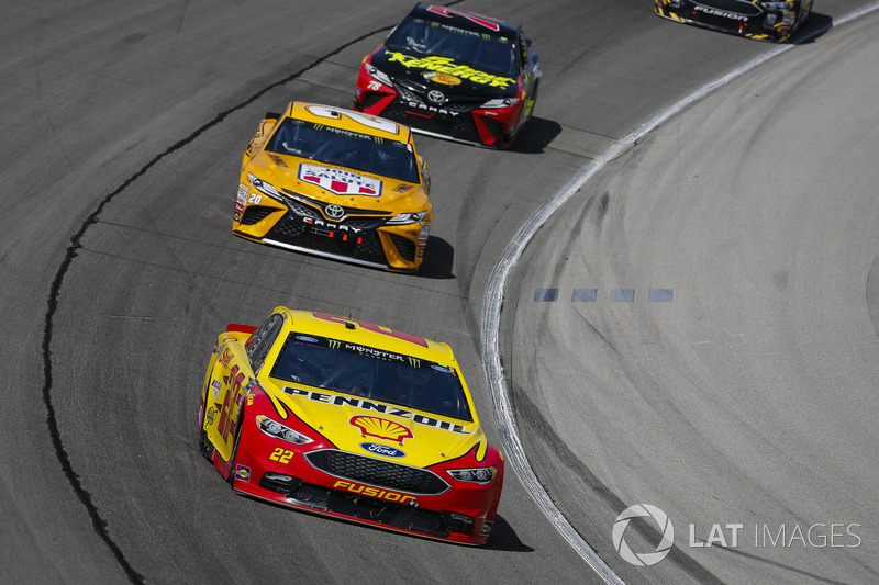 Joey Logano, Team Penske, Ford Fusion Shell Pennzoil, Erik Jones, Joe Gibbs Racing, Toyota Camry DeWalt, e Martin Truex Jr., Furniture Row Racing, Toyota Camry 5-hour ENERGY/Bass Pro Shops