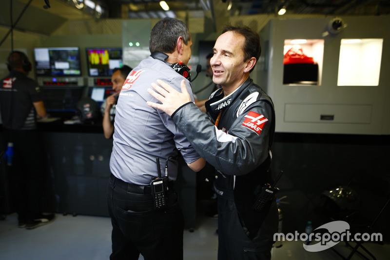 Guenther Steiner, directeur de Haas F1, et un ingénieur Haas F1 fêtent le meilleur résultat de l'équipe