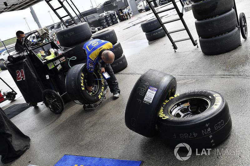 Chase Elliott, Hendrick Motorsports, Chevrolet Camaro NAPA Auto Parts crew