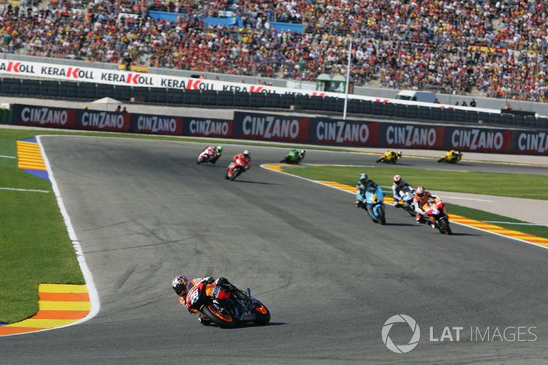 2007. Dani Pedrosa salía en pole, pero Stoner lideró las seis primeras vueltas, hasta que Pedrosa se puso primero para comandar la carrera durante los últimos 25 giros.