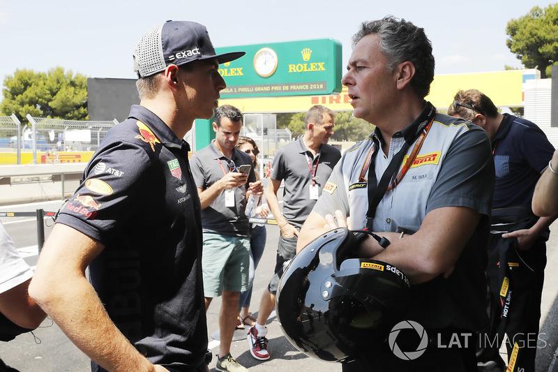 Max Verstappen, Red Bull Racing, con Mario Isola, Racing Manager, Pirelli Motorsport
