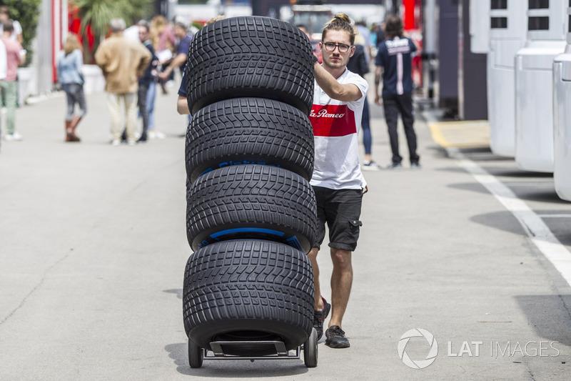 Sauber mechanic with Pirelli tyres