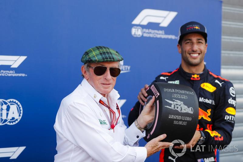 Daniel Ricciardo, Red Bull Racing, menerima trofi Pirelli pole position dari Sir Jackie Stewart