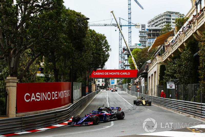 Pierre Gasly, Toro Rosso STR13, leads Nico Hulkenberg, Renault Sport F1 Team R.S. 18
