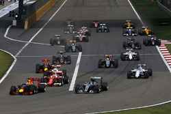 Daniel Ricciardo, Red Bull Racing RB12 lidera Nico Rosberg, Mercedes-Benz F1 W07 Hybrid y Kimi Raikkonen, Ferrari SF16-H al inicio de la carrera