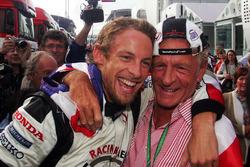 El ganador de la carrera Jenson Button, Honda celebra su victoria con su padre John Button