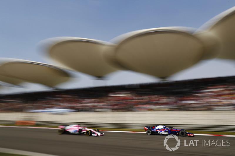 Pierre Gasly, Toro Rosso STR13 Honda, Sergio Perez, Force India VJM11 Mercedes