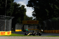 Nico Hulkenberg, Renault Sport F1 Team R.S. 18, Daniel Ricciardo, Red Bull Racing RB14 Tag Heuer, and Carlos Sainz Jr., Renault Sport F1 Team R.S. 18