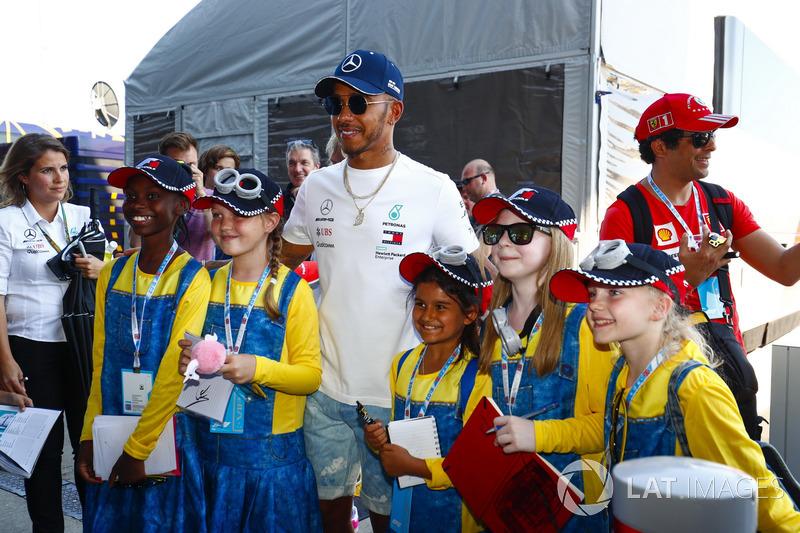 Lewis Hamilton, Mercedes AMG F1, pose avec de jeunes fans