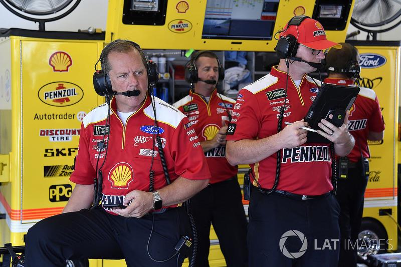 Joey Logano, Team Penske, Ford Fusion Shell Pennzoil Todd Gordon and crew