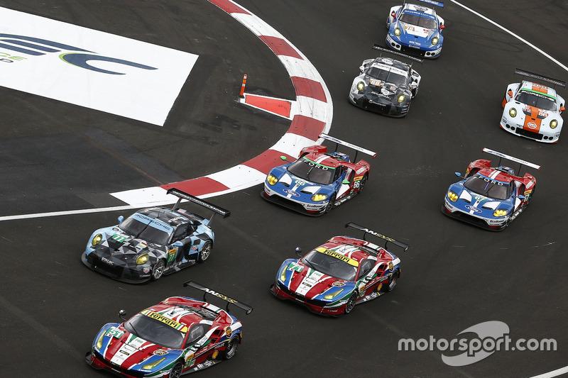 #51 AF Corse Ferrari 488 GTE: Gianmaria Bruni, James Calado, #77 Dempsey Proton Competition Porsche