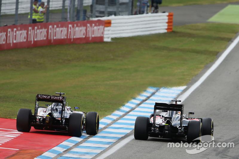 Zweikampf: Fernando Alonso, McLaren MP4-31; Sergio Perez, Sahara Force India F1 VJM09